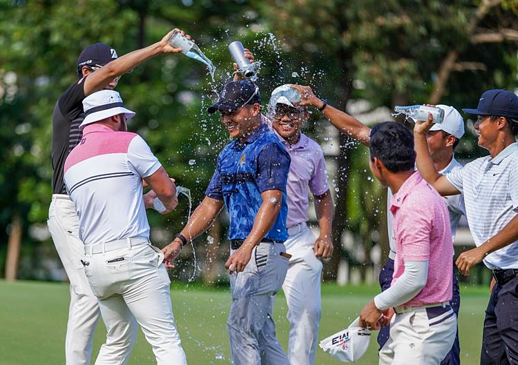 Duy Nhất được các đồng nghiệp chúc mừng khi đăng quang trên sân Laguna Golf Lăng Cô. Ảnh: LXC.