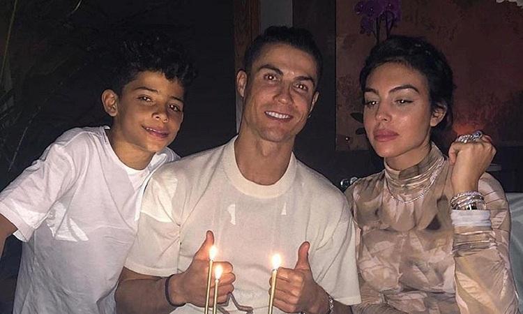 Ronaldo kỷ niệm ngày sinh nhật bên cạnh con trai và bạn gái. Ảnh: Instagram/CristianoRonaldo.
