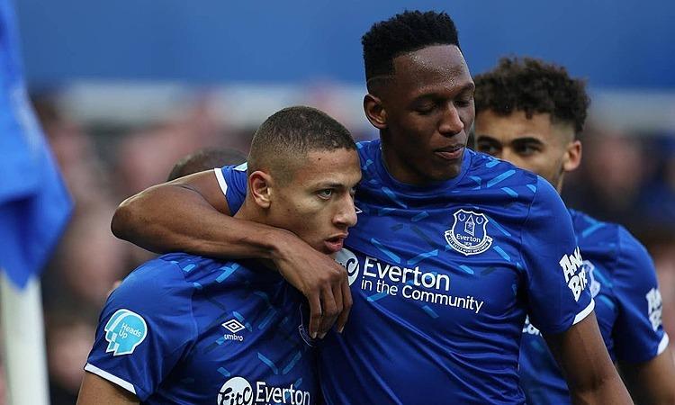 Richarlison (trái) là niềm cảm hứng giúp Everton hạ Crystal Palace. Ảnh: Reuters.