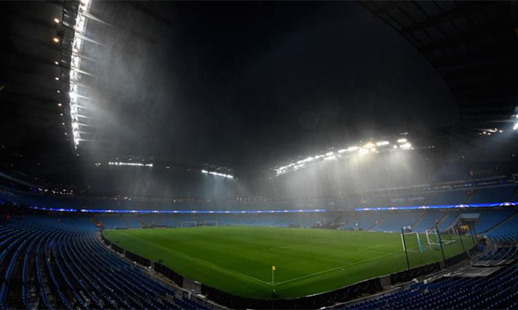 Sân Etihad chìm trong mưa lớn, không đảm bảo an toàn cho các khán giả, nhân viên sân và cầu thủ hai đội. Ảnh: MCFC.