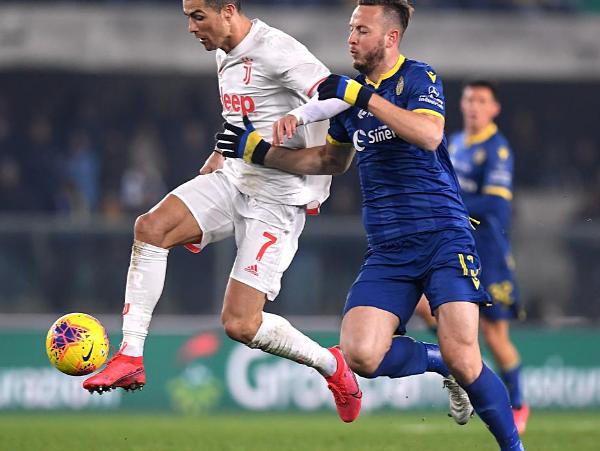 Ronaldo (trắng) loại bỏ hậu vệ Verona trước khi ghi bàn. Ảnh: Reuters.