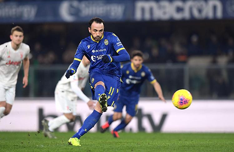 Pazzini ấn định chiến thắng cho Verona. Ảnh: Reuters.