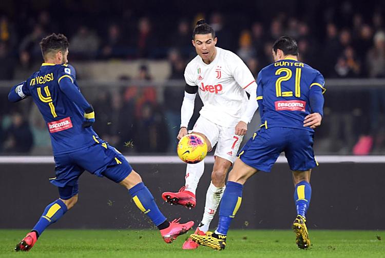 Ronaldo (trắng) bị kèm chặt nhưng vẫn tạo ra nhiều cơ hội. Ảnh: Reuters,