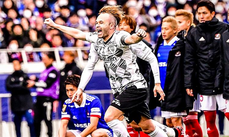 Iniesta và đồng đội phấn khích tột độ sau màn luân lưu kịch tính thắng Yokohama Marinos.