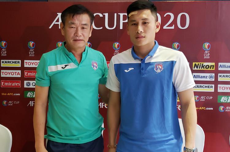 HLV Phan Thanh Hùng và thủ môn Huỳnh Tuấn Linh tring buổi họp báo trước trận tại Bali (Indonesia) chiều 10/2.
