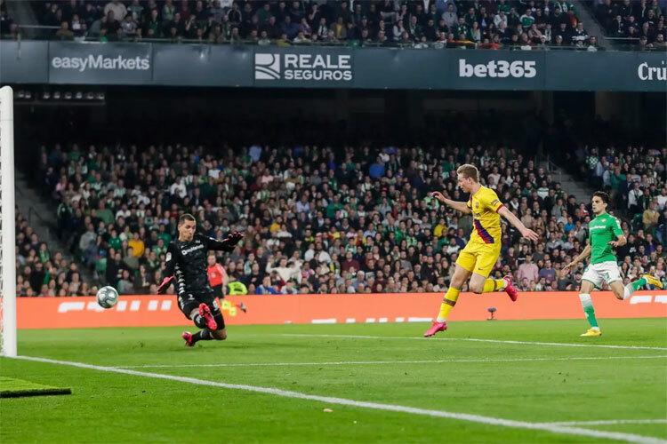 De Jong ghi bàn từ đường chuyền của Messi. Ảnh: AP