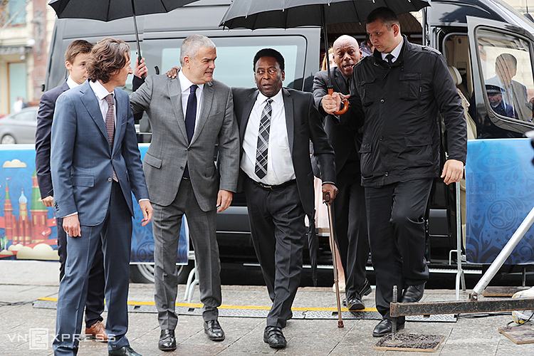 Pele tỏ ra khó nhọc, vừa phải chống gậy vừa có người đỡ khi xuất hiện tại một sự kiện ở Moscow hè 2018. Ảnh: Đức Đồng.