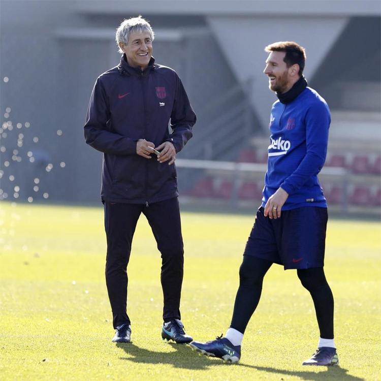 Sự bấu víu vào triết lý kiểm soát bóng, thể hiện qua quyết định chọn Setien làm HLV, và lệ thuộc vào Messi đang khiến Barca tụt lùi. Ảnh: EFE.