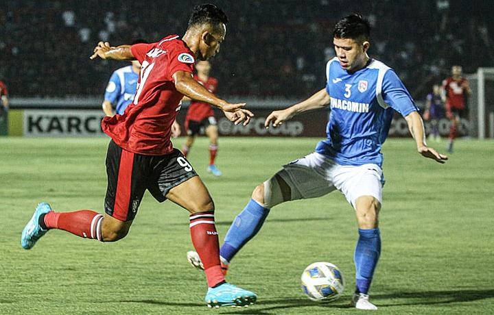 Hàng thủ Than Quảng Ninh (áo xanh) chơi thiếu tập trung trong hiệp hai nên đội nhà thua ngược. Ảnh: Bali United FC.