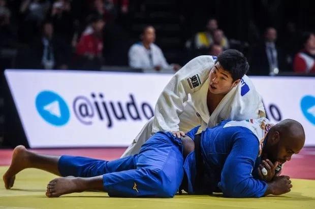 Riner (áo xanh) thua trận đầu tiên sau 10 năm. Ảnh: AFP.
