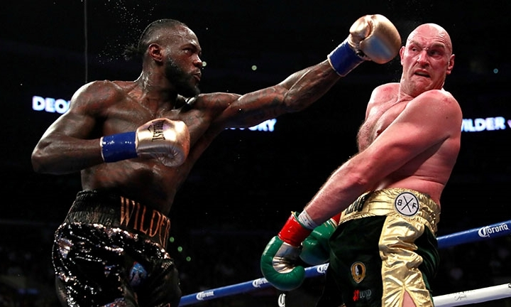 Wilder (trái) hai lần khiến Fury nằm sàn ở trận đấu cuối năm 2018. Ảnh: Reuters.