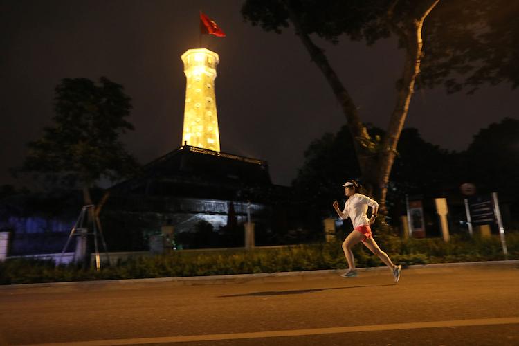 Runner thử sức cung đường chạy VnExpress Marathon Hanoi Midnight. Ảnh: Ngọc Thành