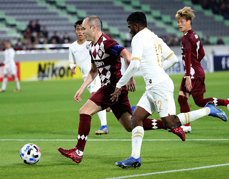 Iniesta luôn là linh hồn trong các đợt tấn công của Kobe. Ảnh: AFP.