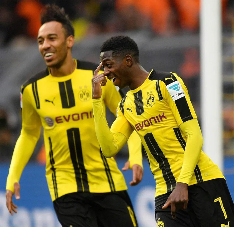 Aubameyang (trái) và Dembele là những bằng chứng hùng hồn cho việc Dortmund thu lợi khổng lồ nhờ mua về những viên ngọc thô và mài giũa thành các siêu sao trước khi bán đi. Ảnh: AP.