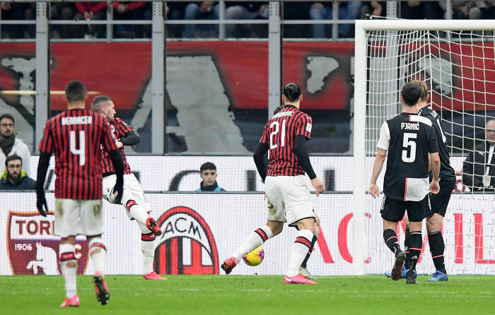 Rebic đưa Milan vượt lên. Ảnh: Reuters.