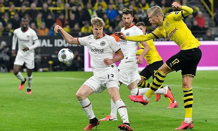 Haaland (phải) ghi bàn thứ tám trong bốn trận đầu tiên ở Bundesliga. Ảnh: AP.