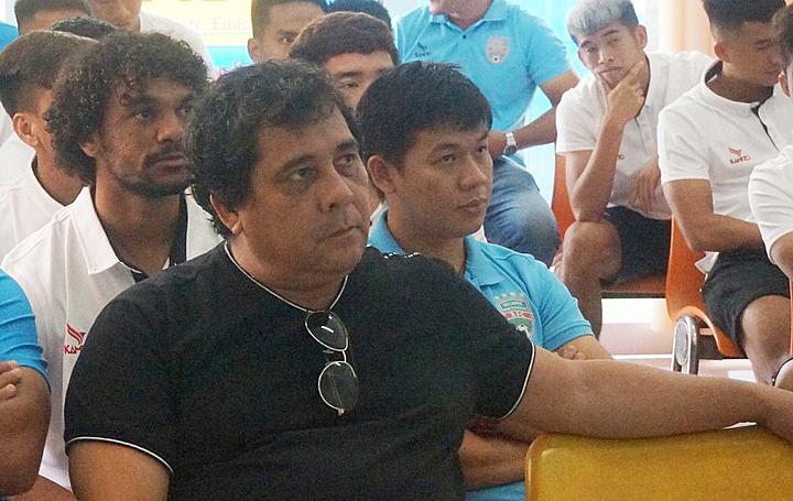 Ông Carlos Oliveira mất việc khi mùa giải mới chưa bắt đầu.