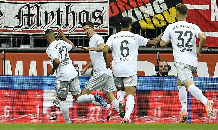 Lewandowski (thứ hai từ trái sang) chỉ kém Ciro Immobile trong cuộc đua Chiếc giày vàng. Ảnh: AP.
