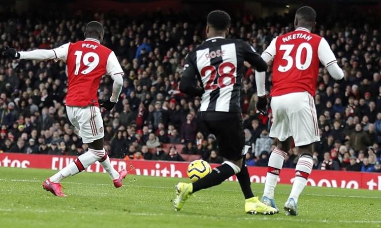 Pepe (trái) đặt lòng, nâng tỷ số lên 2-0. Ảnh: AP.