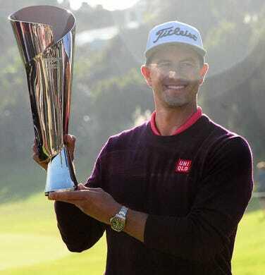 Scott rạng ngời khi nâng cúp vô địch ở Riviera. Ảnh: USA Today.