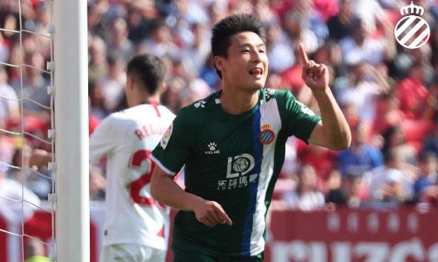 Wu Lei mừng bàn nâng tỷ số lên 2-1 cho Espanyol trên sân Sevilla hôm 16/2. Ảnh: RCDE.
