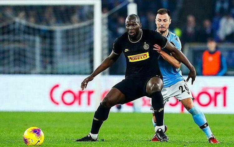 Inter (áo đen) rơi hai bậc chỉ sau một vòng đấu. Ảnh: Reuters.
