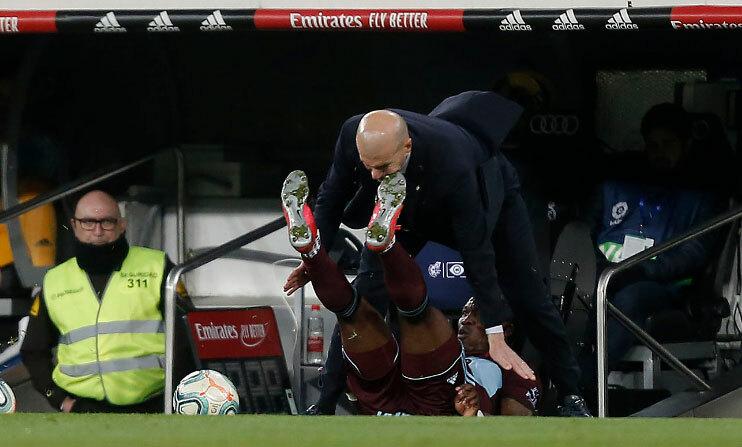 Zidane bất ngờ va chạm với Aidoo. Ảnh: Marca.
