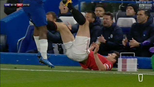 Maguire giơ chân vào chỗ kín của Batshuayi, trong pha va chạm ở phút 21...