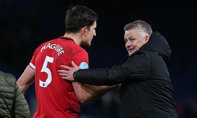 Solskjaer (phải) chúc mừng Maguire sau chiến thắng. Ảnh: MUFC.