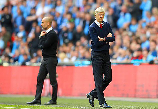 Wenger (phải) trong một cuộc đối đầu với Man City, khi ông còn dẫn dắt Arsenal. Ảnh: PA.