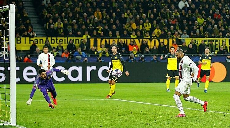 Neymar gỡ hòa từ pha đệm bóng vào lưới trống. Ảnh: Reuters.