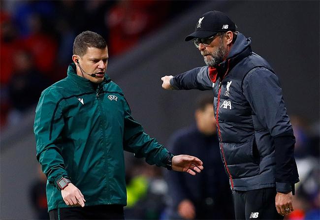 Klopp trong một tình huống phàn nàn với trọng tài bàn về quyết định của các trọng tài trong sân. Ảnh: Reuters.