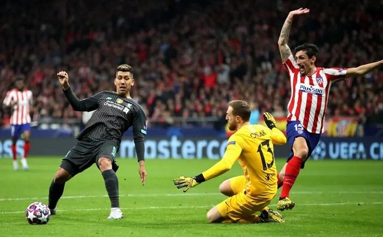 Firmino việt vị trong tình huống chuyền bóng để Salah dứt điểm vào lưới trống. Ảnh: PA.