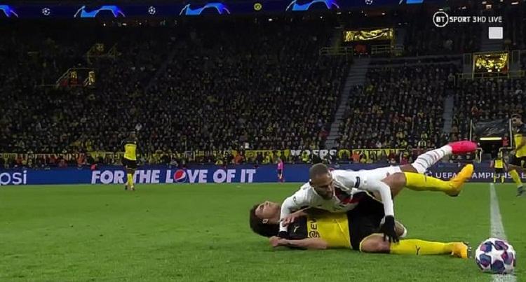 Neymar đánh cùi chỏ vào mặt Witsel khi cả hai nằm sân. Ảnh: BT Sport.