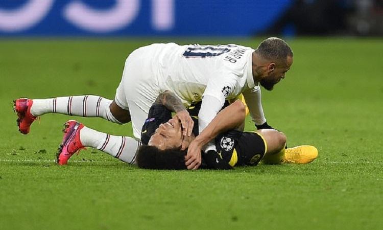 Witsel tỏ ra đau đớn sau khi bị Neymar đánh trúng cằm. Ảnh: AP.