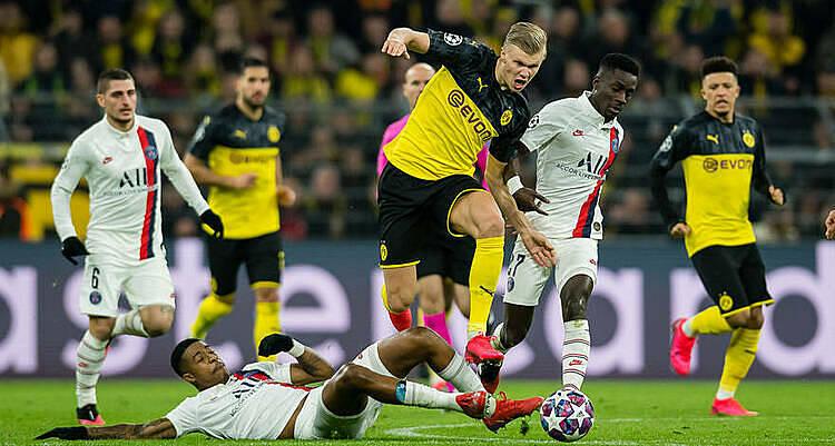 Haaland (vàng, tranh bóng) chưa có dấu hiệu dừng ghi bàn. Ảnh: BVB.