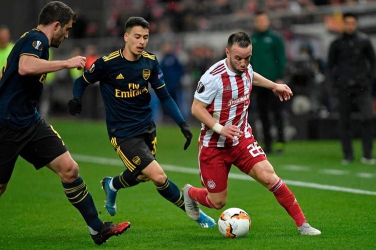Olympiakos (áo đỏ trắng) chơi khó chịu nhưng tỏ ra non nớt ở thời điểm quyết định. Ảnh: AFP.