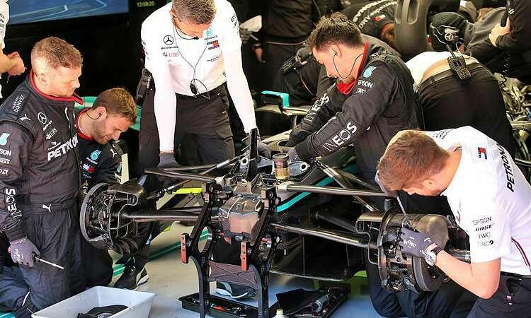 Các kỹ sư Mercedes nghiên cứu hệ thống vô-lăng mới. Ảnh: XPB.