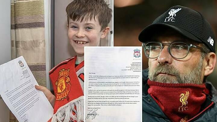 Daragh Curley (trái) phấn khích khi nhận được thư hồi đáp từ HLV Klopp. Ảnh: Sportbible.