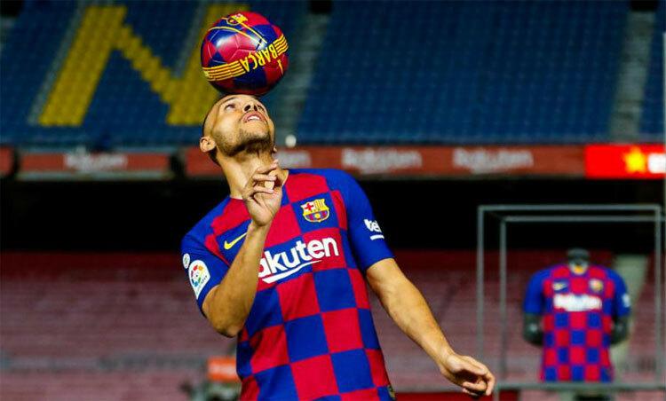 Braithwaite trình diễn thành công cho đến khi định hất bóng bằng gót chân. Ảnh: FCB.