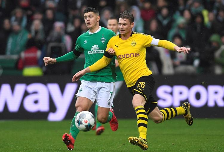 Lukasz Piszczek (phải) giúp Dortmund giữ sạch lưới trận thứ hai liên tiếp. Ảnh: Reuters.