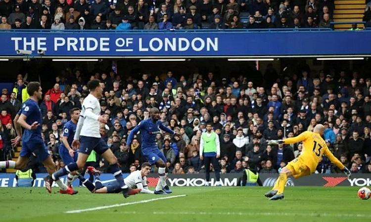 Bàn rút ngắn tỷ sốcó phần may mắn của Lamela cho Tottenham. Ảnh:Reuters.