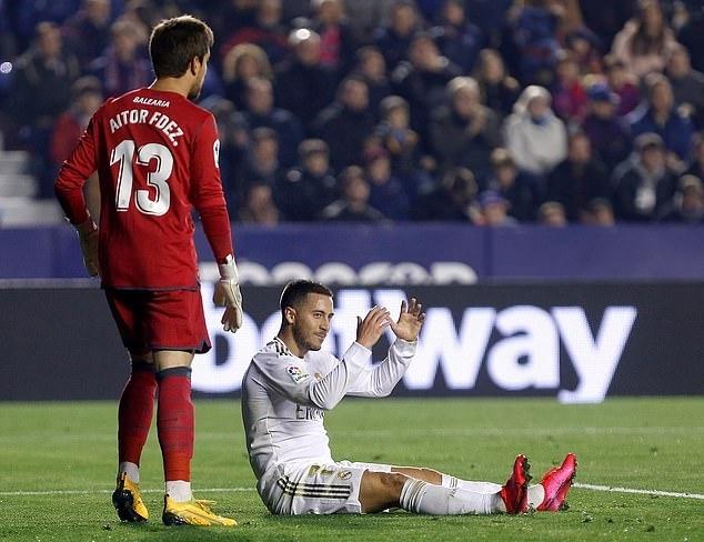 Hazard (áo trắng) chấn thương và rời sân ở giữa hiệp hai. Ảnh: EPA.