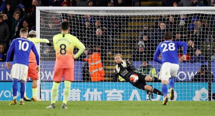 Aguero bị thủ môn Schmeichel đoán được ý đồ sút 11m. Ảnh: Reuters.