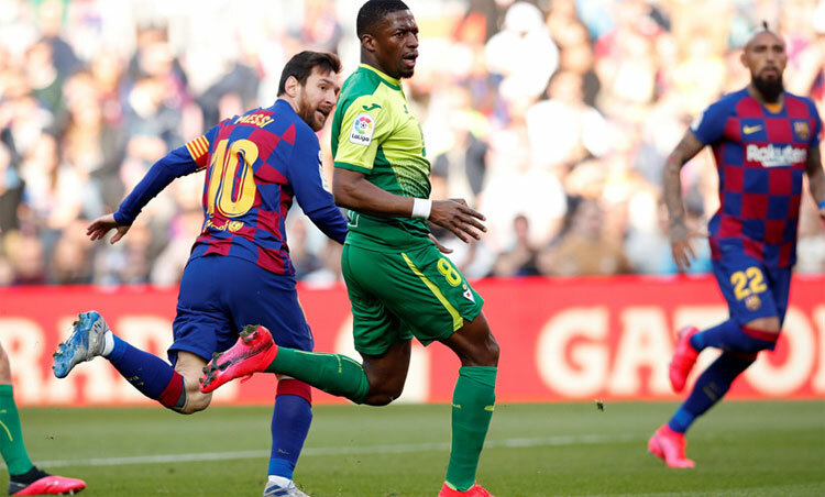 Messi vẩy bóng ghi bàn ngay cả khi bị một hậu vệ theo sát. Ảnh: Reuters.