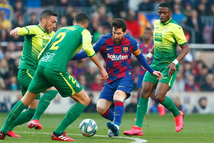 Hàng thủ Eibar quá yếu so với Messi.