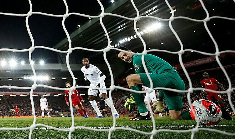 Thủ môn Fabianski (xanh) mắc sai lầm tai hại ở bàn thua thứ hai của West Ham. Ảnh: Reuters.