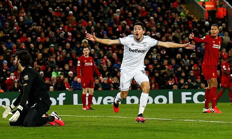 Fornals (trắng) ghi bàn chỉ hai phút sau khi vào sân. Ảnh: Reuters.