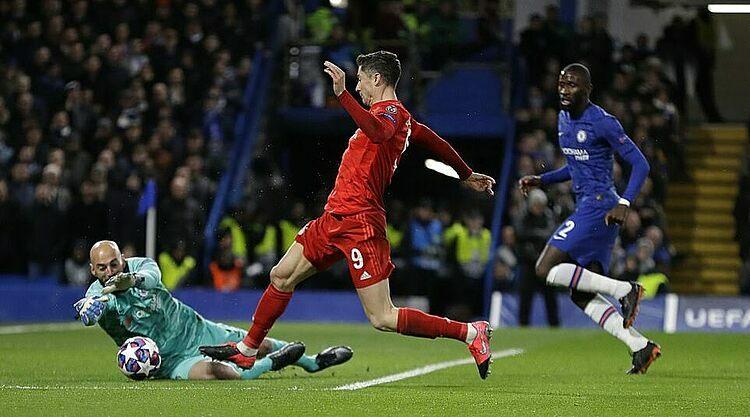 Lewandowski đi bóng trước sự truy cản của thủ thành Caballero, trong trận thắng Chelsea ở Champions League hôm 25/2. Ảnh: AP.