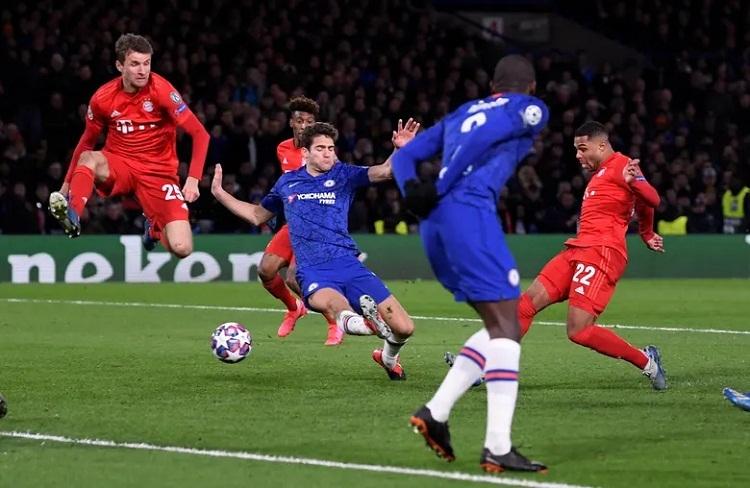 Gnabry lập cú đúp trong vòng ba phút, khiến Chelsea sụp đổ. Ảnh: Reuters.